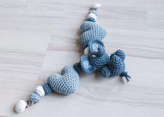 Vognleke med elefanter og hjerter ligger nå i nettbutikken! - HVITELINJER    #crochet #hekling #hekle #vognleke #heklevognleke #vognlekemedelefanter #baby