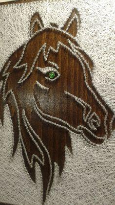 Paard. Tekenreeks kunst foto.   DETAILS  • Materialen: hout, spijkers en zijden draden.  • Grootte: 12 X 10   Perfect voor geschenken. Op de muur kan worden gehangen.  Kan ik het alleen voor jou maken: verschillende maten en kleuren.  Dank je wel voor het bezoeken van mijn Etsy-winkel.