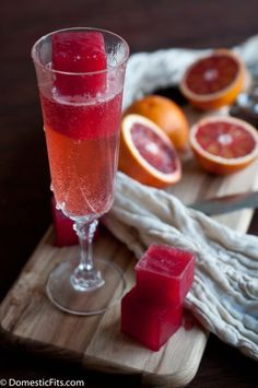 Bleeding Mimosa: Champagne and Blood Orange Ice Cubes. Try using MLawrence Sex with this colorful & delish mimosa. Fun Drinks, Yummy Drinks, Alcoholic Drinks, Yummy Food, Tasty, Beverages, Drink Me, Food And Drink, Cocktails Champagne