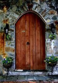 Resultado de imagem para portas de madeira estilo medieval