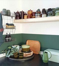 Geen enorme metamorfose maar wel een frisse keuken! Met Full River van @flexanl op de muur en een nieuwe underlayment plank voor het servies! Blij mee! Fijne avond allemaal! . . . #kitcheninspo #kitchenstuff #kitchendetails #kitchendecor #vintagepottery #vtwonenbijmijthuis #flexa #fullriver #loods5inhuis #mykitchen #myhome #homedecorfijninhuis