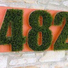 huisnummer bakletter gevuld met mos