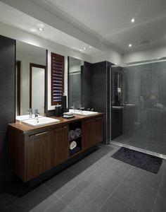 carrelage gris foncé et meuble salle de bain en bois