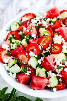 Watermelon Strawberry Cucumber Salad - The most refreshing 5 minute summer salad! Made with just 5 ingredients: watermelon, strawberry, cucumber, feta cheese and mint. Healthy Side Dishes, Healthy Snacks, Healthy Eating, Vegetarian Recipes, Cooking Recipes, Healthy Recipes, Cooking Bacon, Cooking Games, Drink Recipes