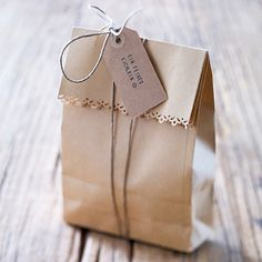 Tinker gift bags - this is how it& done step by step - presents_gifts_goodie bags - Cookie Packaging, Bag Packaging, Diy Gift Box, Diy Gifts, Handmade Gifts, Paper Gifts, Diy Paper, Kraft Paper, Goodie Bags