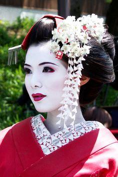 Woman dressed as Geisha, but fake. Maiko do not wear full red lips when wearing long silk kanzashi. The collar would also only be red and cream. Geisha Make-up, Geisha Kunst, Geisha Hair, Japanese Beauty, Asian Beauty, Natural Beauty, Geisha Costume, Tattoo Henna, Memoirs Of A Geisha
