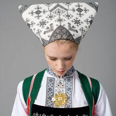 Nærbilde skaut til konebunad fra Voss Folk Costume, Costumes, Norwegian Food, Ethnic Dress, Exotic Places, Ethnic Fashion, Headgear, Folklore, Old And New