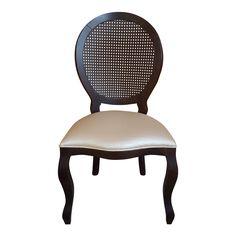 Cadeira de Jantar Medalhão. Nesse Modelo ela está com seu encosto em palhinha. Sua madeira na cor Tabaco combinado com o Courino Dourado.