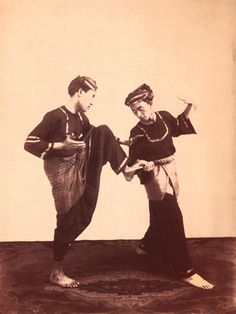 Pentjak silat op Sumatra ca 1915 Minangkabau, Amsterdam Holland, Dutch East Indies, Western World, Indigenous Art, Real Beauty, Old Pictures, Archaeology, Martial Arts