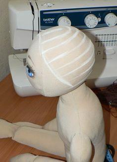 Um jeito fácil e bem detalhado de aplicar cabelos em bonecas, aqui são fios específicos para esse fim, mas pode tranquilamente ser subs...