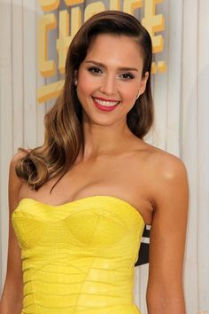 Love Jessica Alba's makeup and hair