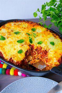 VÄRLDENS godaste pastagratäng som är en blandning mellan spaghetti och köttfärsås och lasagne. Denär extra krämig med extra mycket ost! Underbart god. 6 portioner 400 spaghetti 2 st mozzarella Köttfärssåsen: 400 g färs (kött eller veggofärs) 400 g krossad tomat 400 g passerad tomat 1 gul lök 4 vitlöksklyftor 2 tsk torkad oregano 2 tsk torkad basilika 2 tsk paprikapulver 1-2 tsk dijonsenap (kan uteslutas) 1 msk soja 1 msk balsamvinäger eller socker Salt & peppar Olja till stekning Cremefr... 300 Calorie Lunches, Home Meals, Zeina, Different Vegetables, Swedish Recipes, Everyday Food, Food Blogs, Eating Habits, Pasta Recipes