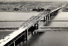 Le nouveau pont Champlain pose ses pieds sur l'île pour finalement terminer sa course sur l'île de Montréal. Quebec Montreal, Montreal Ville, Canada, Cities, Louvre, Industrial, Construction, Architecture, Travel