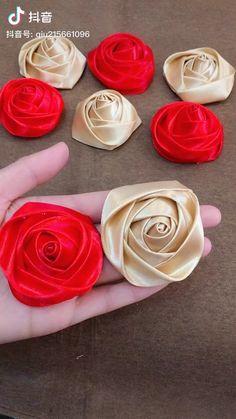 Diy Lace Ribbon Flowers, Ribbon Flower Tutorial, Paper Flowers Craft, Cloth Flowers, Diy Ribbon, Ribbon Crafts, Flower Crafts, Fabric Roses Diy, Rolled Fabric Flowers