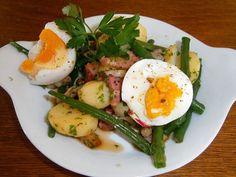 """La salade liégeoise -  1 kg de haricots """"princesse"""" - 150 gr de lardons fumés - 150 gr de lardons nature - 6 belles pommes de terre - 70 ml de vinaigre blanc - 2 échalotes - beurre - vinaigre à la framboise - estragon (facultatif) - sel, poivre."""
