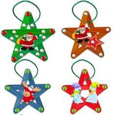Ces jolies étoiles de Noël sont réalisées avec des bâtonnets de bois collés, des motifs de décoration de Noël en bois et des strass. Il suffit d'un cordon de satin ou d'un cordon métallisé pour accrocher facilement ces décorations aux branches
