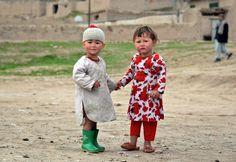 Dua anak Afghanistan bermain di kota Kishindih, provinsi Balkh.