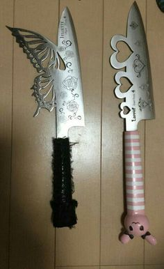Read ('・ω・') from the story vc quer coisas fofas que machucam? Knife Aesthetic, Bad Girl Aesthetic, Aesthetic Grunge, Pretty Knives, Cool Knives, Knives And Swords, Pastell Goth Outfits, Armas Ninja, Fantasy Weapons