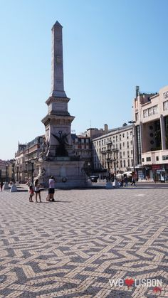 Restauradores Square is named after the Restorers, who ended the period when the Spanish ruled Portugal, from 1580 to 1640 – in the centre, a big obelisk marks the country's independence.