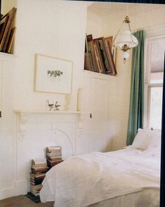Small bedroom, white sheets, white walls, green curtains, lots of books Small Rooms, Small Spaces, White Bedroom, Bedroom Small, Cozy Bedroom, Small Bathroom, Apartment Living, Room Inspiration, Living Spaces