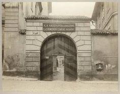 """Pohled na portál domu čp. 73 (""""Císařský špitál"""") v Kanovnické ulici na Hradčanech. 1907"""