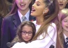 """""""One Love Manchester"""": Ariana Grande réconforte une jeune fille rattrapée par l'émotion avant de craquer à son tour"""