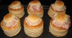 """Je vous présente une spécialité culinaire de ma région """"la Lorraine"""", """"les bouchées à la reine"""" que l'on appelle également """"des vols-au-vents"""".....y a plusieurs façons de les réaliser voici ma préférer: bouchées à la reine champignon/quenelle de vollaille/... Vol Au Vent, Entrees, Lorraine, Muffin, Menu, Diet, Voici, Breakfast, Recipes"""