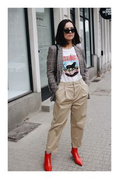 See in the gallery our selection of the best fall outfits paired with red boots. Here's how to wear red boots like a street style star. Red Shoes Outfit, Beige Outfit, Red Ankle Boots, Red Booties, Star Fashion, Girl Fashion, Fashion Outfits, T Shirt Branca, Cool Outfits