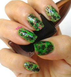 """Manicura en verdes con """"brochazos"""" decorada con Pueen 15 http://www.elmaletindesonso.com.es/2013/06/manicura-en-verdes-con-brochazos.html"""