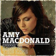 Simplemente he utilizado Shazam para descubrir This Is The Life de Amy MacDonald. http://shz.am/t45165547