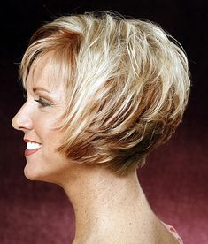 rövid frizurák 50 feletti nőknek - réteges vágott rövid bubifrizura
