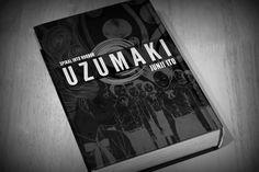 cover van de mangareeks Uzumaki, sobere kleuren maar met intrigerende afbeeldingen waarbij je niet direct kan uitmaken wat er juist opstaat.  Dit is wat thriller thriller maakt, als mens, en dus dier, ben je onbewust op zoek naar bedreigingen in je omgeving. Zodra je iets niet kan uitmaken wat het is voel je je ongemakkelijk. Je bent op je hoede. Dit is wat thriller doet en de cover van Uzumaki is er een mooi beeld van.