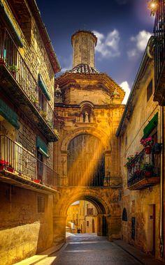 Calaceite es un pueblo de Aragón (España), provincia de Teruel, de la comarca del Matarraña. Es la capital cultural de dicha comarca. Su término municipal es limítrofe con los de Arens de Lledó, Cretas, Mazaleón y Maella (Bajo Aragón-Caspe). Está situado a una altitud de 511 metros. En Calaceite se ha encontrado el importante yacimiento del despoblado ibérico de San Antonio. Su conjunto urbano es de una gran belleza, enfatizada en su claza Mayor, con su magnífica casa consistorial y sus…