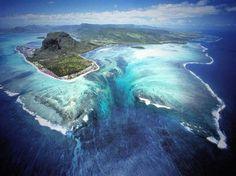 Cascata sottomarina, isole Mauritius Vista dal satellite, Mauritius offre uno spettacolo che inganna l'occhio. La costa sud-occidentale dell'isola - come mostrano le immagini di Google Maps - fa vedere qualcosa che non c'è: una cascata sottomarina. In realtà si tratta di un deflusso di depositi di sabbia e limo negli abissi dell'oceano Indiano
