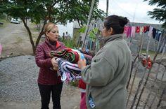 """La Sra. Tony Sáenz de Almaraz, realiza la entrega de apoyos invernales """"Abrigando Familias con Amor""""."""