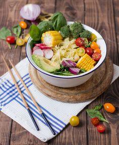 Buddha Bowl mit Schnittlauch-Zitronen-Nudeln und allerlei Gemüse