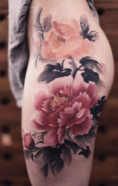 The play of water colors, the play of art and the play of creativity, all can be seen in this amazing peony tattoo for your thigh.