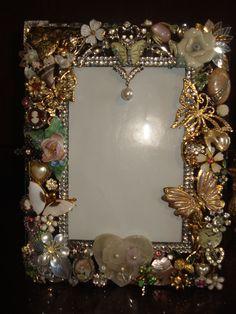 Costume Jewelry Crafts, Vintage Jewelry Crafts, Recycled Jewelry, Jewelry Frames, Jewelry Mirror, Jewelry Tree, Button Art, Button Crafts, Frame Crafts