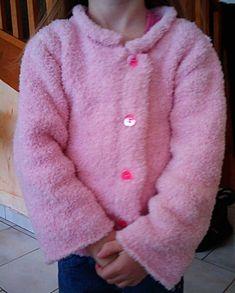 Voilà un cardigan pour jeune fille réalisé avec de la laine rose bien douillette. Tailles 2-4-6-8 ans Fournitures : aig. n° 3 et 3,5, 5 boutons. Points employés : côtes 1/1, aig. n°3 ; jersey endr., aig. n°3,5. Echantillon : un carré de 10 cm jersey endr....