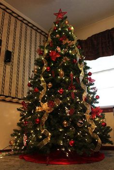 Simple Christmas Tree Decorations to Make - Luxury Simple Christmas Tree Decorations to Make , Beautiful Christmas Tree Decorations Ideas Christmas Luxury Christmas Tree, Red And Gold Christmas Tree, Traditional Christmas Tree, Gold Christmas Decorations, Ribbon On Christmas Tree, Beautiful Christmas Trees, Noel Christmas, Elegant Christmas, Xmas Trees