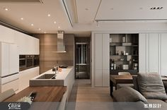 C'est si bon 在法文意即「如此美好」,設計師為坐擁 65 坪的獨身屋主打造奢華與簡約兼具的名流宅邸,破除原先過度零碎狹小的格局,重塑為擁有流暢動線的大器場域。設計師敲除原兩房設計、打開狹窄視野,給予屋主開闊寬敞的公領域空間。利用紐約紐約石材自由不羈的紋理,創造充滿生命力的電視牆面,成為純