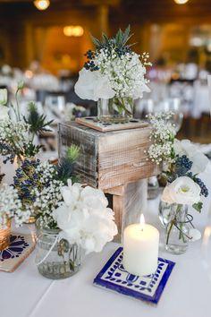 FLORICA - Hochzeitstischdekoration mit Holzkisten und Tonfliesenplatten - Foto @hochzeitkoeln