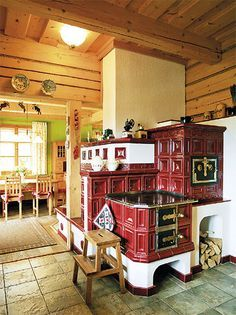 Kuchyně v barvách | Chatař & Chalupář Bakery Kitchen, Kitchen Stove, Kitchen Cupboards, Kitchen Decor, Small Log Cabin, Chalet Design, Old Stove, Vintage Stoves, Antique Stove