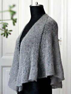 Knit an ultralight shawl with ruffled ruffle - susanne gustafso . : Knit an ultralight shawl with ruffled ruffle – susanne-gustafsso … Poncho Knitting Patterns, Knitted Poncho, Knitted Shawls, Holiday Crochet Patterns, Shawl Cardigan, Drops Design, Knitting For Beginners, Unique Outfits, Shawls And Wraps