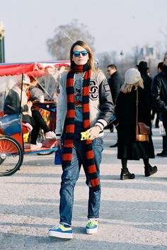 Carlotta Oddi assistant to ADR elevating a scarf to maximal limits. Just Style, Your Style, Vanessa Jackman, Sporty Chic, Who What Wear, Womens Scarves, Urban Outfitters, Personal Style, Womens Fashion