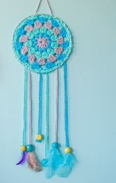 These DIY dream catchers have been crocheted, it's a great project for beginners and they looks so pretty hanging on the wall in my kid's bedroom. Crochet Bat, Quick Crochet, Crochet Gifts, Crochet Hooks, Thread Crochet, Crochet Dreamcatcher Pattern, Crochet Mandala, Dream Catcher Craft, Dream Catchers