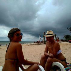 Olha a alegria de quem veio para praia para tomar banho de sol e ganhou chuva kkkkk.