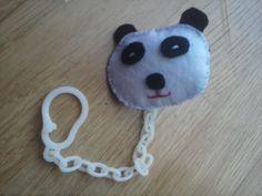 Sujetachupetes de oso panda de fieltro.