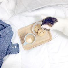 Pour bien commencer la journée : une jolie chemise un café des cookies... Et un petit gourmand ! Bon jeudi vous  #helloWoody by carnetprune