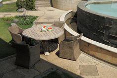 Okrągły stół ogrodowy PALU wykonany z drewna akacjowego lekko bielonego co uwydatnia słoje i piękną strukturę mebla.  http://domotto.redcart.pl/p/31/3545/stol-drewniany-teakowy-palu-150x78-cm-stoly-drewniane-meble-do-ogrodu.html